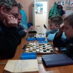 играем в клубе в шашки с инструктором по спорту