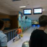 шар летит метко в боулин клубе